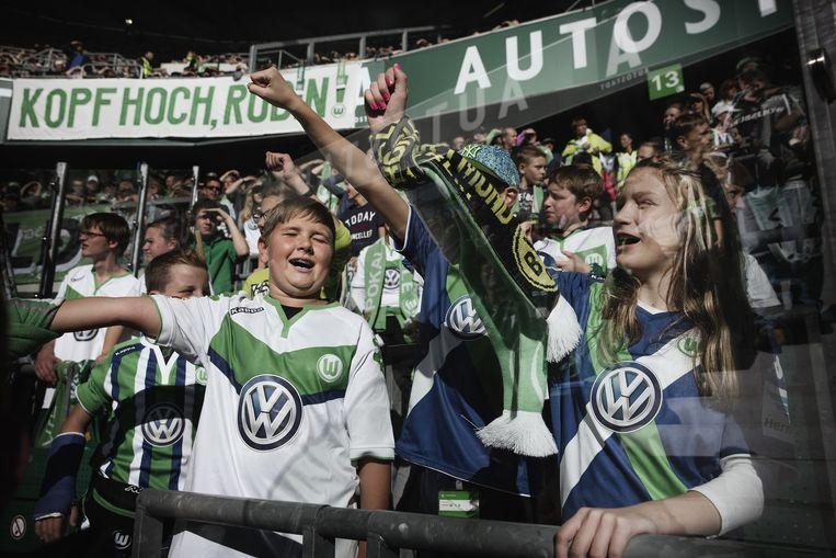 De plaatselijke voetbalclub VfL Wolfsburg is erg afhankelijk van Volkswagen. Beeld Daniel Rosenthal / AP