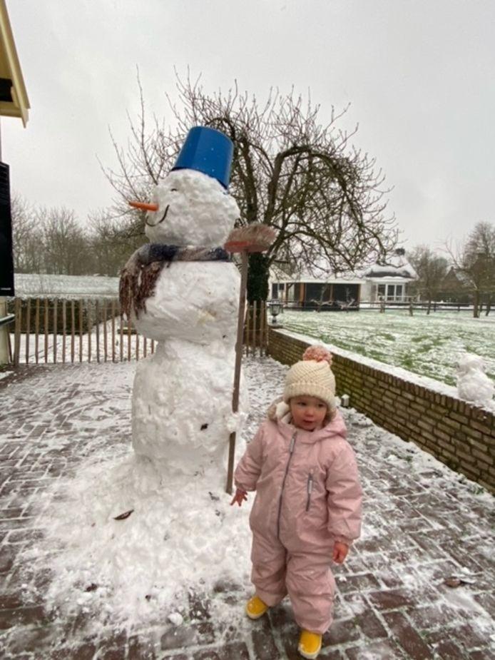 Madelief Kunst is trots op de sneeuwpop die ze heeft gemaakt in Sint-Philipsland, met hulp van papa, mama, opa, oma en tante Iris.