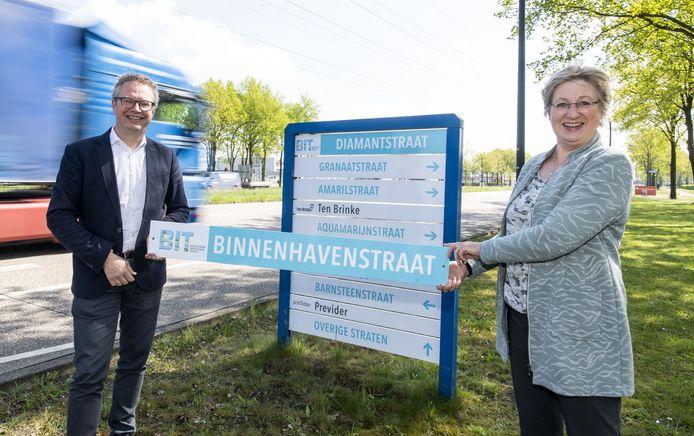 Een van de nieuwe wegwijzers, vlakbij de Makro, werden onthuld door Sietske Smit, voorzitter van Twentekanaal-belangenvereniging BIT, en wethouder Gerard Gerrits.
