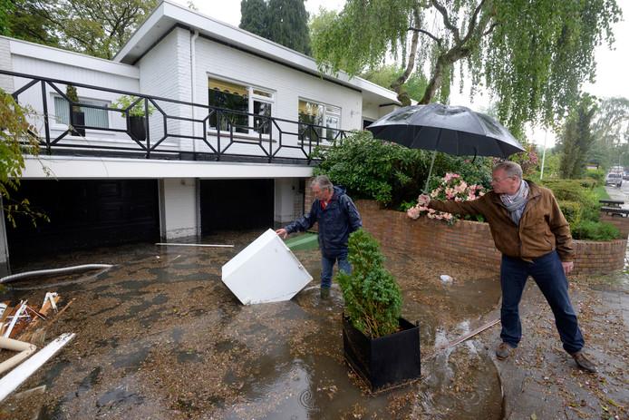 Wateroverlast in Schaarsbergen, als gevolg van hevige regenval tijdens een van de zware buien die Arnhem in 2014 troffen.