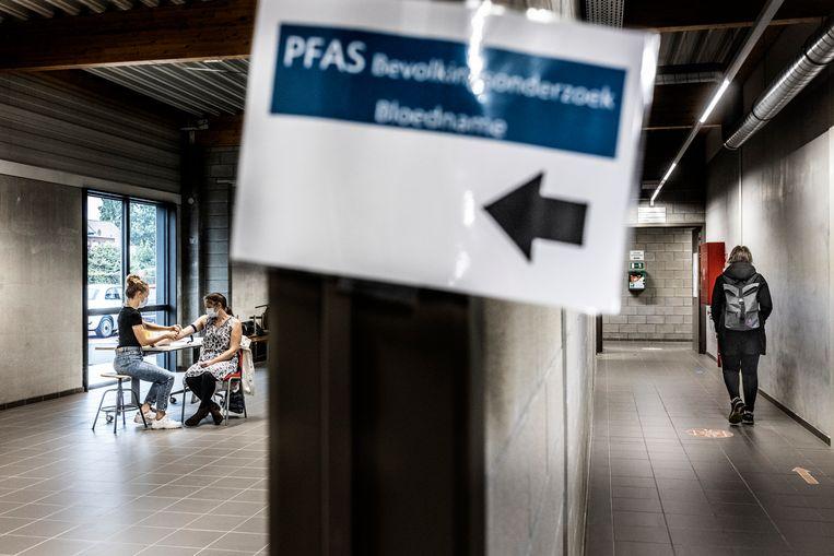 In Zwijndrecht worden bloedstalen afgenomen om te speuren naar PFAS-chemicaliën. Beeld Franky Verdickt