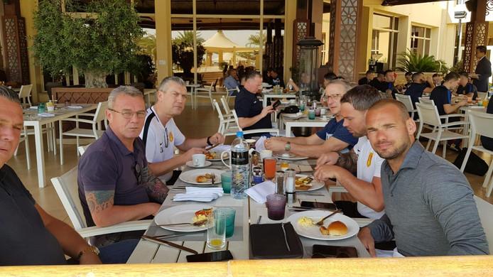 Wesley Sneijder (r.) heeft de spelersgroep van DHSC en het bestuur van de Stichting Sport Ondiep op bezoek in Qatar.