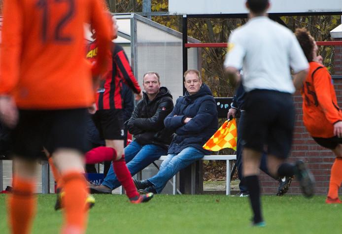 Trainer Mari van de Haterd (zittend rechts) volgt zijn ploeg Milsbeek in de Gennepse derby tegen Vitesse'08.