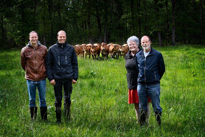 De familie Van Lievenoogen in Soerendonk op een van de percelen met Limousin-runderen. Van links naar rechts: Laurens, Nico, May en Tinus.