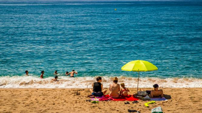 """Een op de vijf deelnemers VAB-enquête twijfelt nog om deze zomer op vakantie te gaan door """"gedoe"""" met coronapaspoort"""