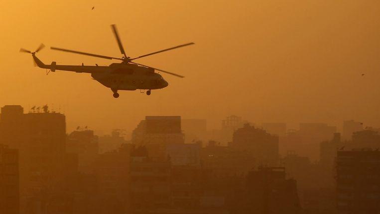Een helikopter boven het Tahrirplein in Caïro. Beeld reuters
