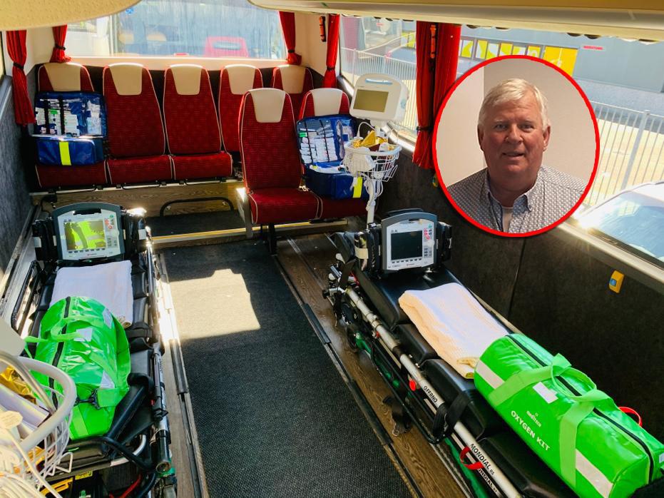 Menno Braker (inzet) uit Dronten vervoert met zijn getransformeerde rolstoeltouringcar  coronapatiënten vanuit Brabant naar andere ziekenhuizen in Nederland.