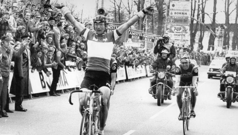 Jan Raas wint in 1977 de Amstel Gold Race voor Gerrie Knetemann (amper zichtbaar achter Raas'rug) en Hennie Kuiper. Beeld Belga