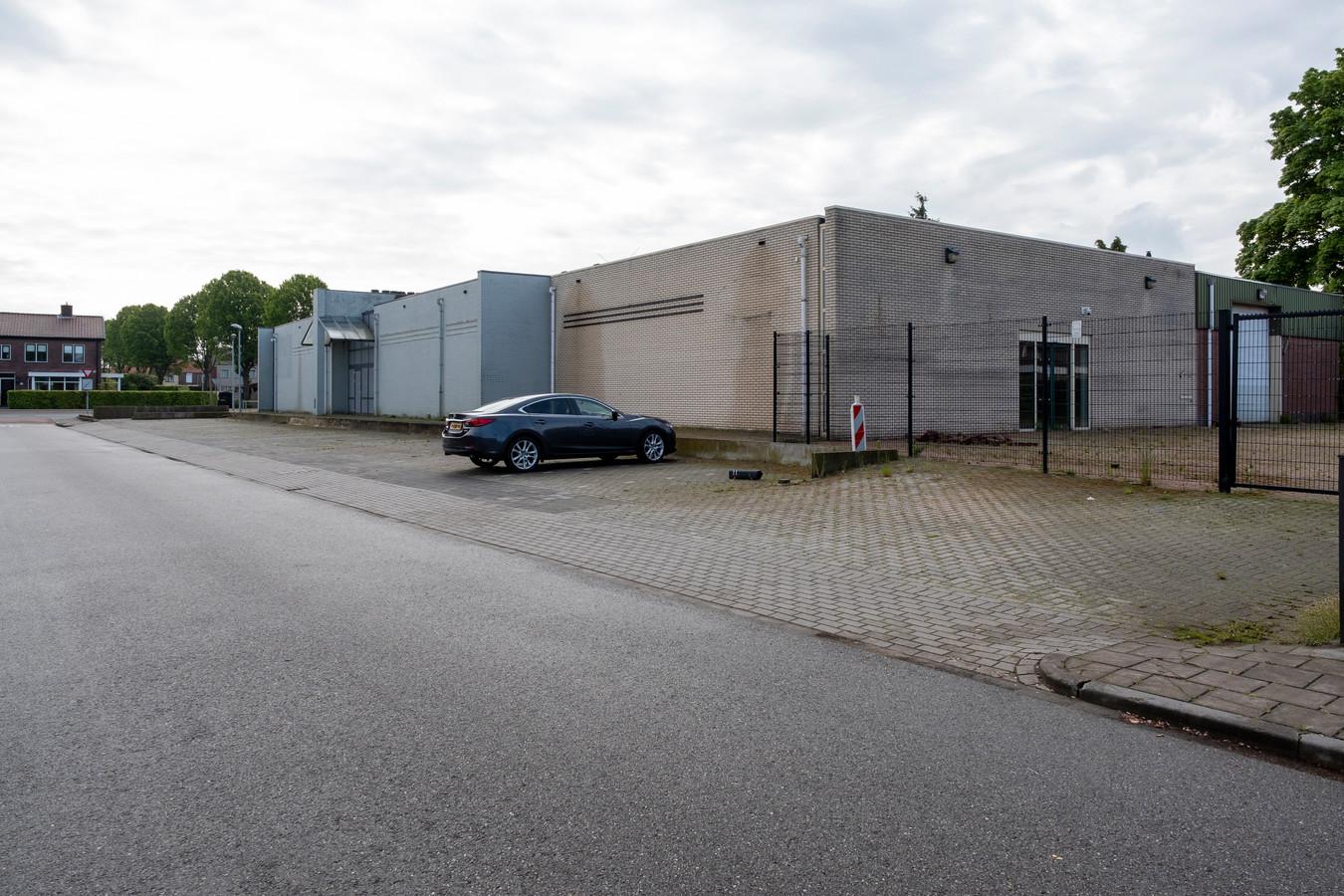 Volgens het ingediende plan wordt voor laden en lossen nagenoeg de huidige inrit gebruikt. Ook komt de in- en uitgang van parkeergarage aan de kant van de Brinkstraat.