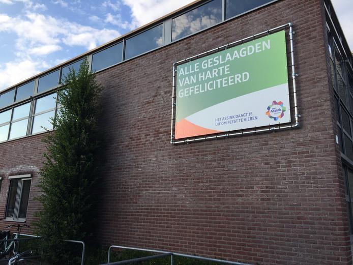 Het Assink feliciteert geslaagde leerlingen, maar geeft verkeerde diploma's uit.