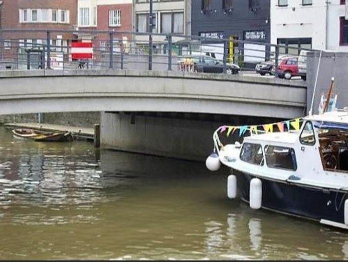 Plezierbootjes kunnen niet onder de Kasteelbrug. Het is trouwens verboden, zoals je kan zien op het verbodsbord.
