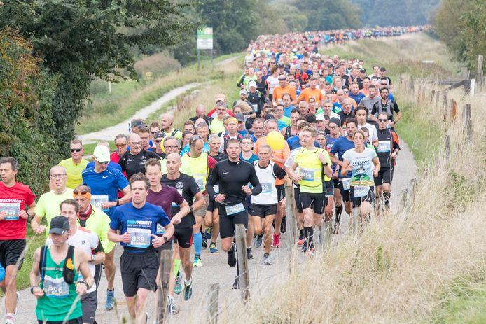 De Kustmarathon van 2019 met de lopers in een lang lint bij Burghsluis.