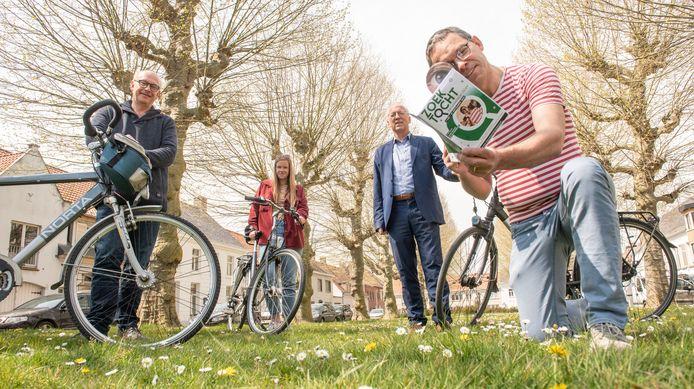 Organisatoren Dick en Flore De Meyer, Tom Van der Hauwaert en burgemeester Marnic De Meulemeester.