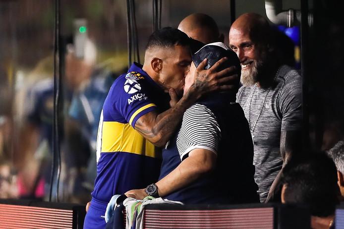 Carlos Tévez kust Diego Maradona.