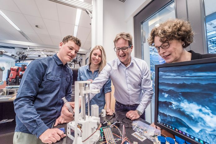 Wetenschappers en studenten bij Industrieel Ontwerpen. V.l.n.r. Koen Borger, Evita Goetssch, Jan Carel Diehl en Ena Voûte.