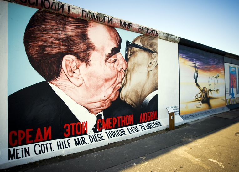 Een verliefde Brezjnev en Honecker op de Berlijnse muur. 'Mijn god, help me deze dodelijke liefde te overleven.' Beeld anp