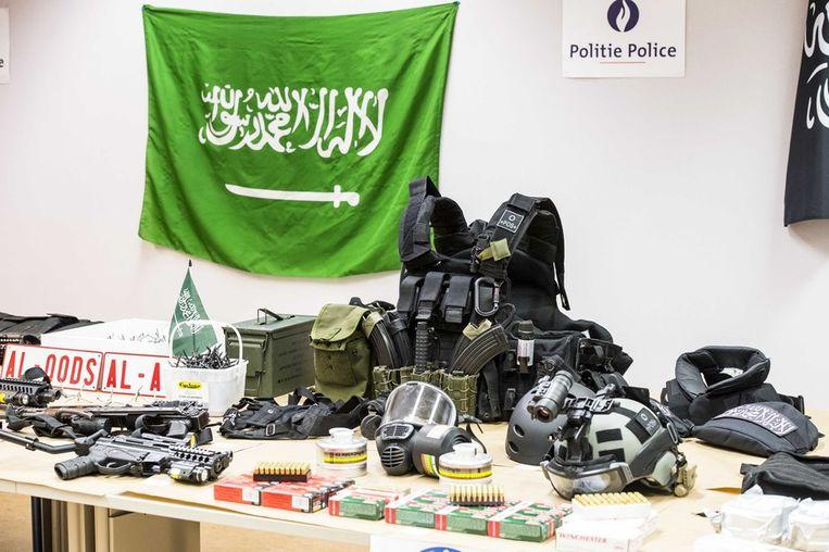 Het vorige week aangetroffen wapenarsenaal in het appartement van de doodgeschoten Hakim Benladghem. Beeld BELGA