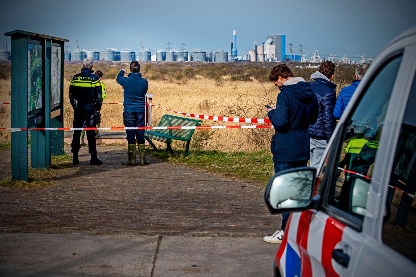 Bij Hotel Wapen van Marion in de duinen in Oostvoorne is een stoffelijk overschot aangetroffen de politie doet onderzoek. Foto: Frank de Roo