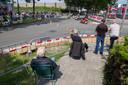 Toeschouwers kijken vanuit hun stoel naar de voorbij brullende klassieke motoren in Veenendaal.