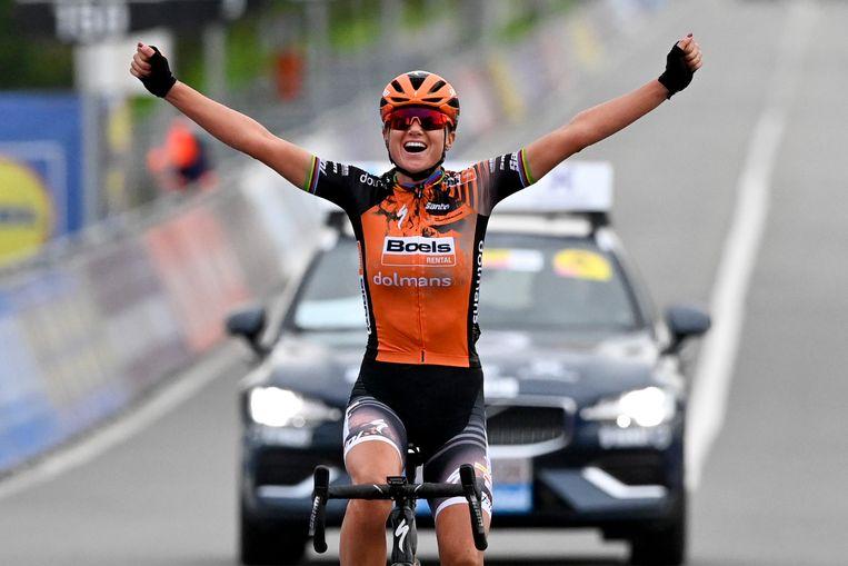 Chantal Blaak gaat over de finish als winnaar van de Ronde van Vlaanderen 2020. Beeld AFP