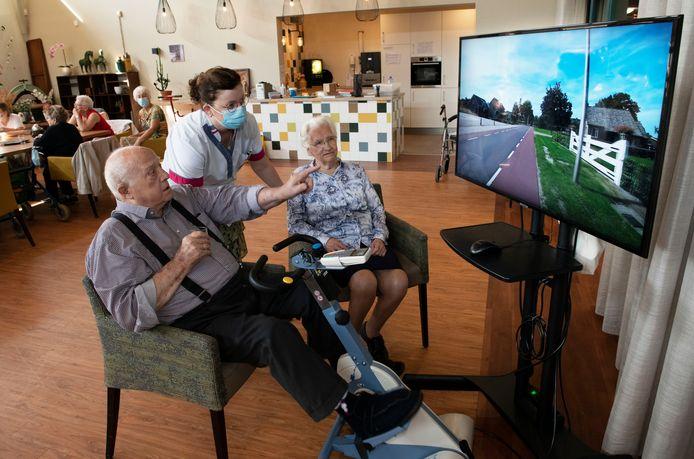 Bewoners van zorgcentrum Anker in Kesteren tijdens een virtuele fietstocht.
