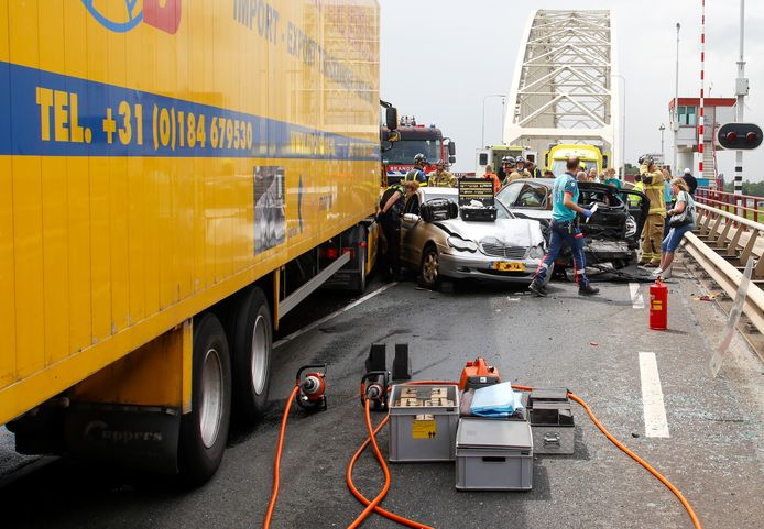 Bij een ongeval met een vrachtwagen en drie auto's op de Grote Beer (N915) in Alblasserdam zijn maandagmiddag een man en een jongen gewond geraakt.