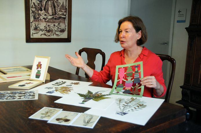 Biologisch bloemkweker en kunsthistoricus Mariette Kamphuis in het Stadhuismuseum in Zierikzee met haar hedendaagse herbariumvazen. Vroeger moesten ze echt uitgeknipt, zij maakte een soort poezieplaatjesvariant.