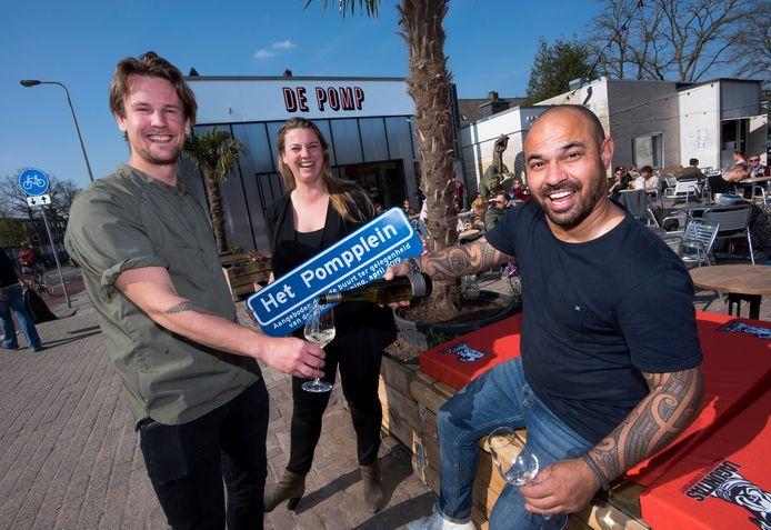 Utrecht - Drie van de vier eigenaren van het restaurant De Pomp aan de Croeselaan, de voormalige Shellpomp. Joep de Jong (links), Marlou Kleijnen en Danny Simon. Kimmarah Beeuwkes ontbreekt op de foto