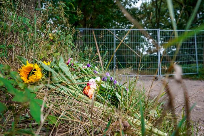 Bloemen gelegd vlakbij het chalet