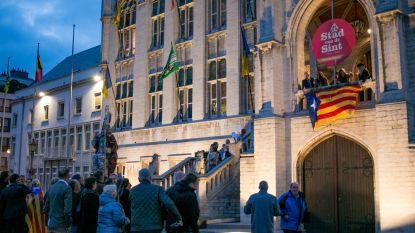 Catalaanse onafhankelijkheidsvlag hangt uit aan stadhuis van Sint-Niklaas