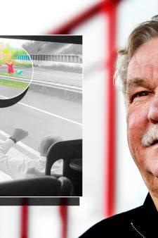 Baas Van Seumeren staat midden op snelweg om FC Utrecht uit te zwaaien