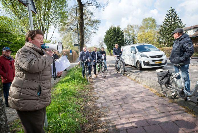 Tijdens een fietsronde van de gemeenteraad door Bavel afgelopen voorjaar, sprak Toos Vermulst de delegatie toe. Ze benadrukte hoe onveilig de weg is geworden in de loop der jaren.