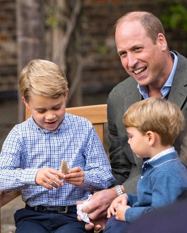 De tand viel erg in de smaak bij de 7-jarige prins. Beeld AFP