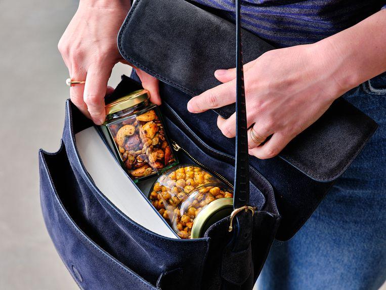 Geroosterde, gekruide noten: heerlijk om overal mee naartoe te nemen en veel gezonder dan de doorsnee snack uit de winkelrekken. Beeld Louise De Brabandere