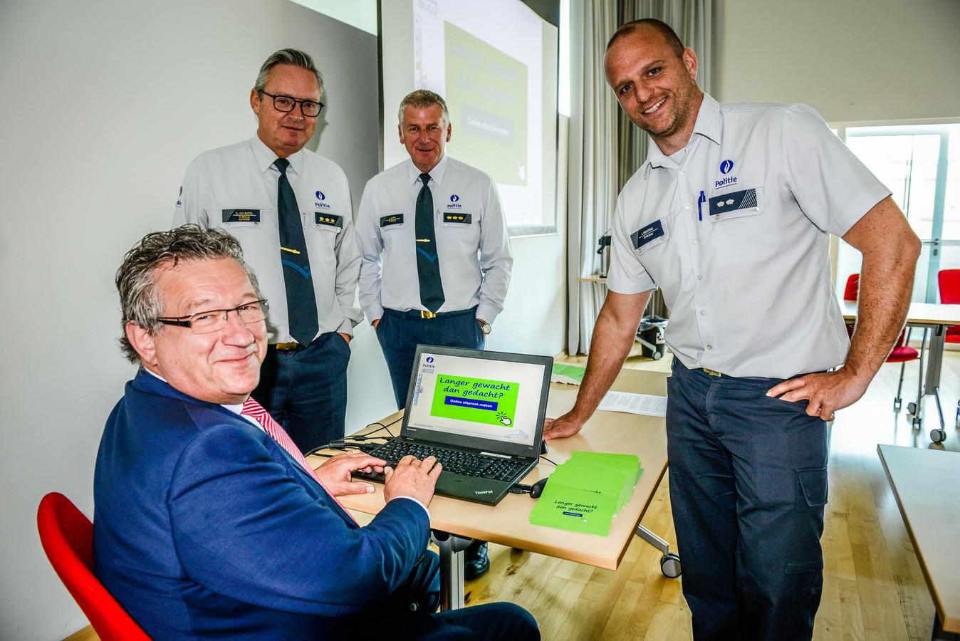 """Brugge, voorstelling """" online afspraak met de Brugse Politie """": burgemeester Dirk De fauw met hoofdinspecteur Jan Maertens. Korpschef Dirk Van Nuffel kijkt goedkeurend toe"""