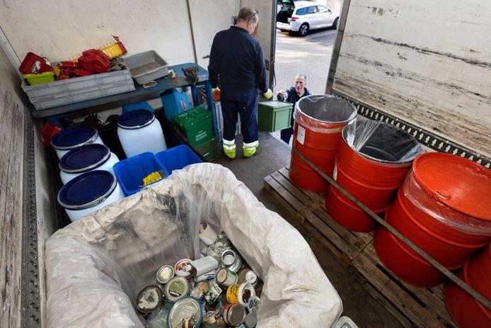De inzamelactie Klein Chemisch Afval in Waalre. Hans Verhoeven (r) komt verfresten en terpentine afgeven bij Sjack van der Linden.