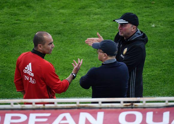Roberto Martínez overlegt met Chris Van Puyvelde en Bart Verhaeghe. Die laatste twee zijn inmiddels weg bij de voetbalbond.