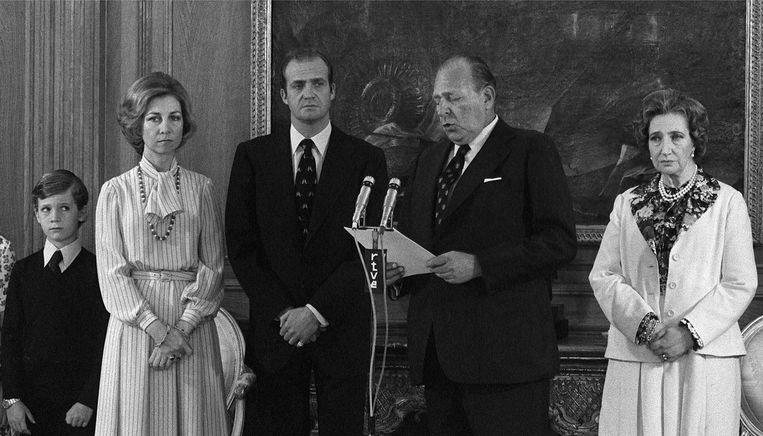 1977: Vader Carlos maakt bekend dat hij zal aftreden. Juan Carlos staat links van hem. Beeld epa