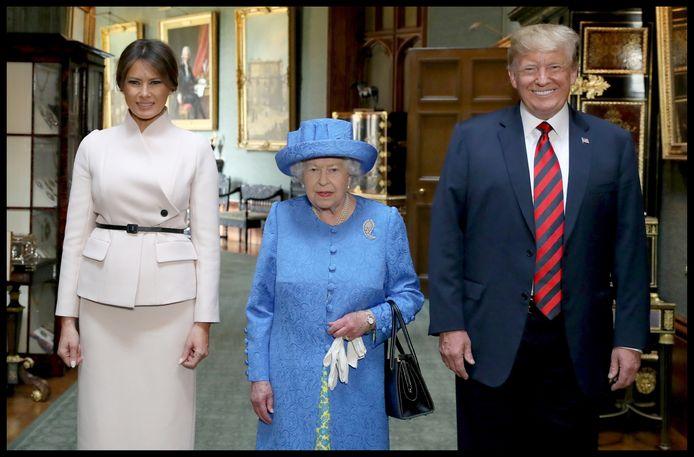 Koningin Elizabeth II poseert met haar Amerikaanse gasten in de Grand Corridor tijdens Trumps bezoek aan Windsor Castle in juli 2018.