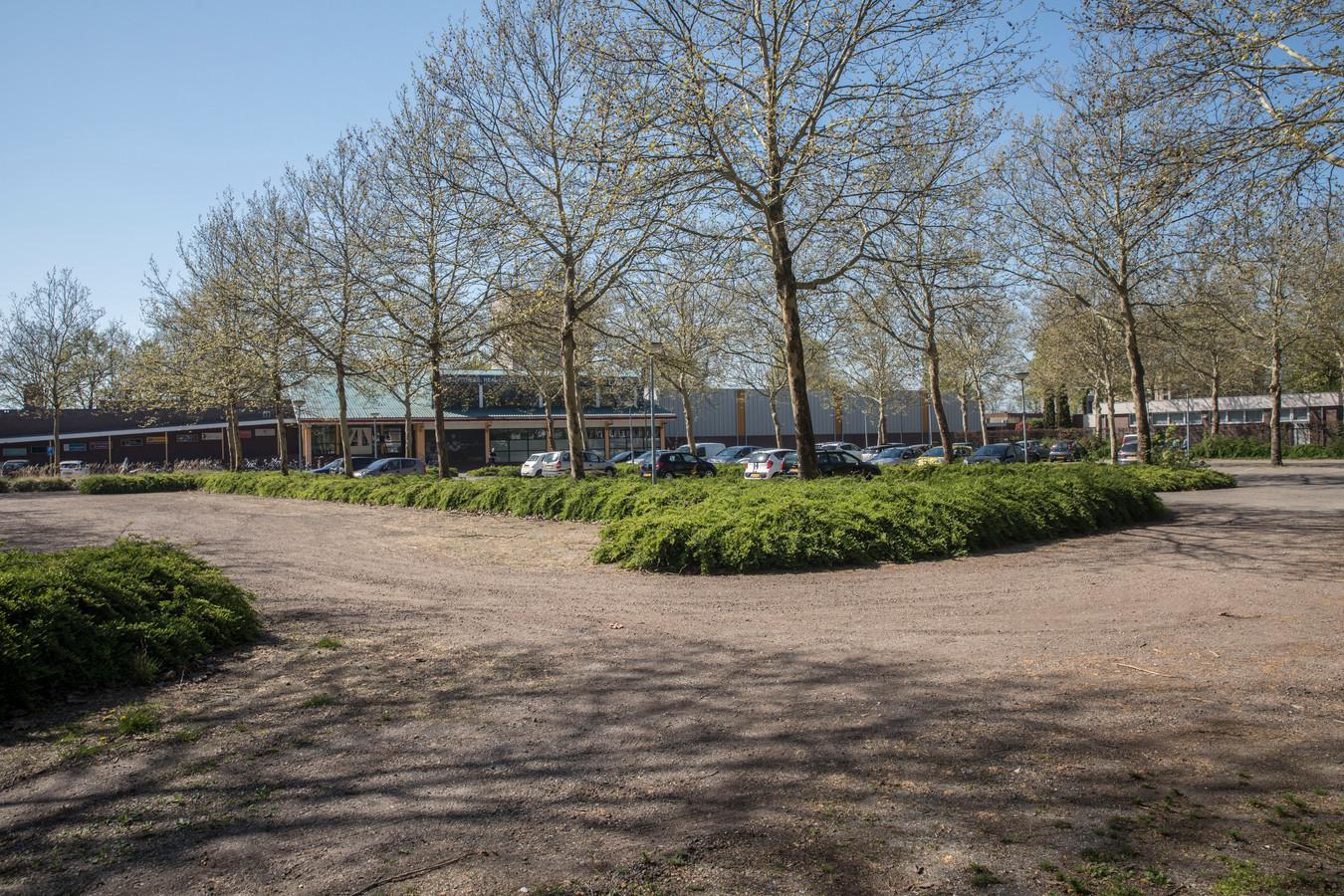 Het Fitland-complex in Gemert, met op de voorgrond het parkeerterrein dat het sportcentrum 'om niet' van de gemeente mag gebruiken. Fitland wil daar in de toekomst wellicht woningen bouwen.