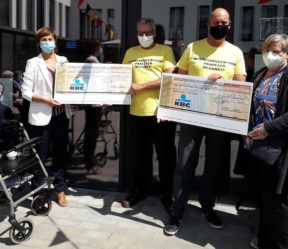 Ronan (tweede van links) en Stefan zamelden in totaal 2.800 euro in voor de twee woonzorgcentra van Kapelle-op-den-Bos.