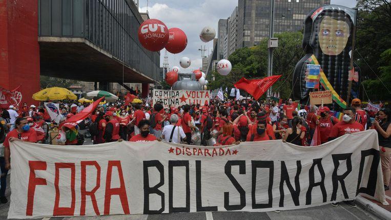 Demonstranten in het centrum van São Paulo eisen de afzetting van de Braziliaanse president Jair Bolsonaro tijdens een van de bijna honderd betogingen tegen de president die zaterdag in het land werden georganiseerd. Beeld AFP