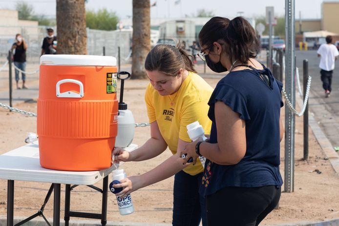 Vrijwilligers delen water uit aan daklozen in Phoenix, Arizona.