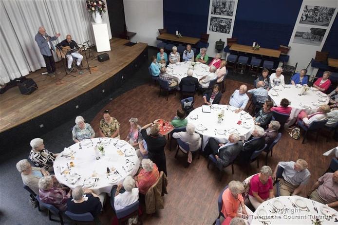 De belangstelling was groot voor de afsluitende bijeenkomst van de Katholieke Bond voor Ouderen in Tubbergen. Zo'n 70 van de 230 leden hadden zich opgegeven voor het diner. De Breurkes Christenhusz uit Oldenzaal traden op in 't Oale Roadhoes.