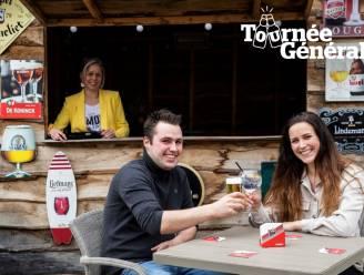 """Boer Frits drinkt zijn eerste pintje op het zomerterras van Café De Klok: """"We vormen hier één grote vriendengroep"""""""