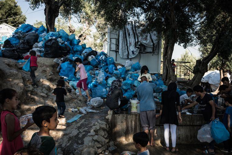 Overal in het kamp Moria ligt afval. Beeld Nicola Zolin