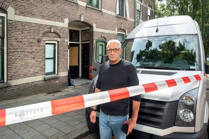 Boban Jagers met op de achtergrond de voordeur van zijn bovenwoning.