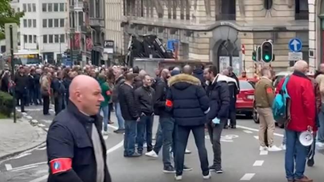En colère, des policiers manifestent et bloquent plusieurs carrefours à Bruxelles