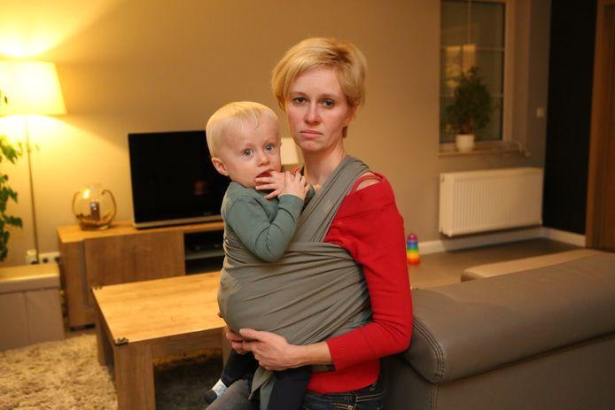 Liesbeth Braem met baby Mathieu in de draagdoek, net zoals ze die dag werd aangevallen.