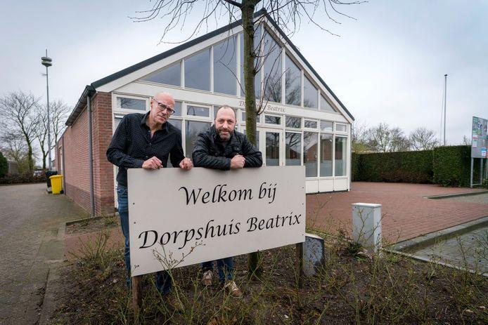 Henk Broekhuizen en Henk Vos, de nieuwe uitbaters van dorpshuis Beatrix in Slijk-Ewijk.